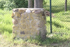 Reste der originalen Pfeiler des Eingangstores (2012)